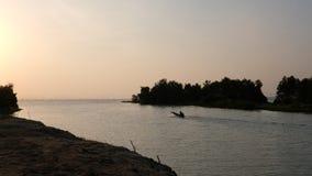 背面图长尾的小船有湖在黎明的场面背景 清早渔夫事假 股票视频