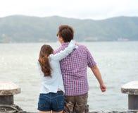 背面图,享受海视图的愉快的夫妇 库存图片