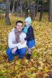 背面图年轻父亲和小女孩走 免版税库存照片