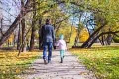 背面图年轻父亲和小女孩走 库存照片