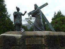 背负十字架的耶稣 免版税库存照片