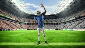 胜利与被举的胳膊的美国橄榄球运动员 影视素材