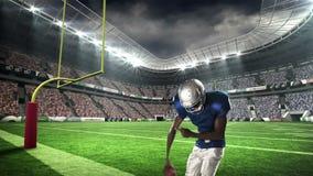 胜利与被举的胳膊的美国橄榄球运动员 股票视频