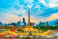 胜利与轻的足迹的纪念碑环形交通枢纽 免版税图库摄影