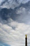 胜利专栏在有天空的柏林 免版税库存图片