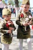 胜利天俄国人女孩的庆祝的孩子 图库摄影