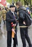 胜利天庆祝在莫斯科 老人与一个年轻人谈话 免版税库存图片