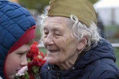 胜利天庆祝在莫斯科 高级妇女纵向 免版税库存图片