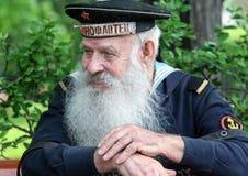 胜利天的庆祝在莫斯科 第二次世界大战关闭的退伍军人 有手风琴的水手坐长凳 免版税库存图片