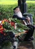 胜利天的庆祝在莫斯科 第二次世界大战关闭的退伍军人 有手风琴的水手坐长凳 免版税库存照片
