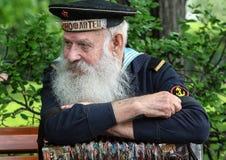 胜利天的庆祝在莫斯科 第二次世界大战关闭的退伍军人 有手风琴的水手坐长凳 免版税图库摄影