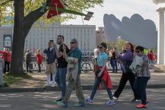 胜利天,有横幅的人们在公园可以9社论 库存图片