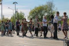 胜利天,跳舞在公园可以9社论 免版税库存照片