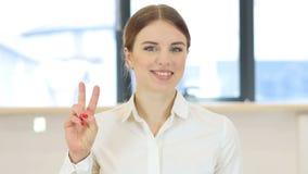 胜利姿态,妇女在办公室 股票录像