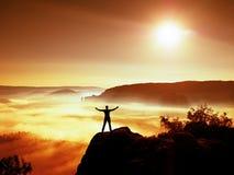胜利愉快的人姿态用手在天空中 有被举的胳膊的滑稽的远足者 免版税图库摄影