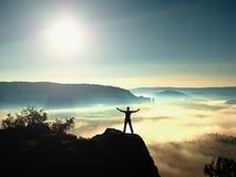 胜利愉快的人姿态用手在天空中 有被举的胳膊的滑稽的远足者 免版税库存照片