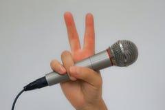 胜利手持式麦克风手指 免版税库存照片