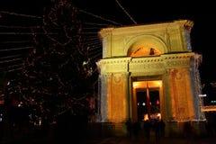 胜利曲拱在夜城市 库存图片