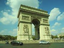 胜利曲拱,在日落的爱丽舍在巴黎 免版税库存照片