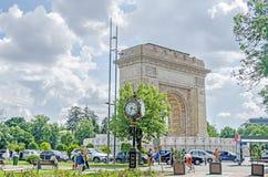 胜利曲拱, Arcul de Triumf,室外,被恢复 从Herastrau公园的时钟 库存图片