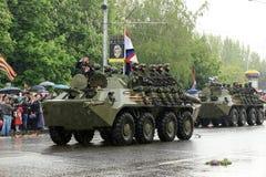 胜利游行在顿涅茨克 军事游行致力第70 库存图片