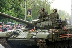 胜利游行在顿涅茨克 军事游行致力第70 库存照片