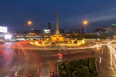 胜利纪念碑和交通迷离光  图库摄影