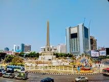 胜利纪念碑和街道看法在曼谷泰国 库存图片