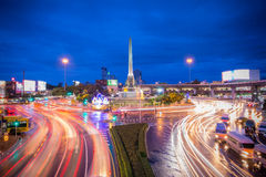 胜利纪念碑都市风景微明在中央曼谷 免版税库存图片
