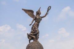 胜利耐克的女神反对云彩和天空的 免版税图库摄影
