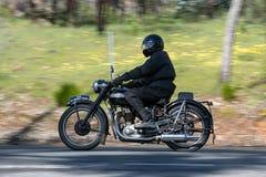 1951胜利速度在乡下公路的孪生摩托车 库存照片