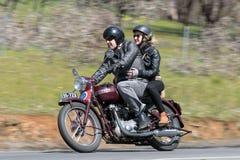 1951胜利速度在乡下公路的孪生摩托车 免版税库存图片