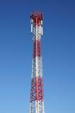细胞塔和无线电天线,蓝天背景 库存图片