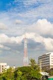 细胞antenas蓝天白色云彩和阳光 库存图片