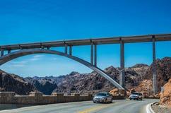 胡佛水坝工程学结构,内华达 克服胡佛水坝的汽车 免版税图库摄影