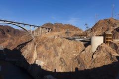 从胡佛水坝的阴影在黑峡谷在巨石城市, NV o 库存照片