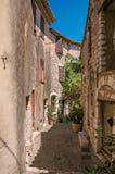 胡同和倾斜看法有石房子的在圣徒保罗deVence的 图库摄影