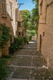 胡同和倾斜看法有石房子的在圣徒保罗deVence的 库存照片