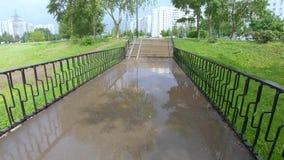 胡同和桥梁在雨以后 股票视频