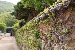 胡同和石墙在Beomeosa寺庙在釜山 免版税图库摄影
