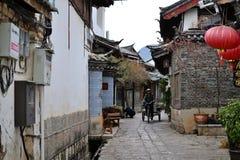 胡同和街道在丽江,云南,有传统中国建筑学的中国老镇  免版税图库摄影