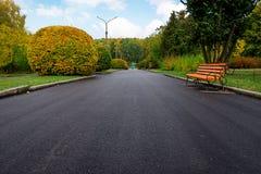 胡同在有长凳的一个公园和灯笼早晨 免版税库存图片