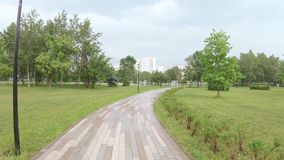 胡同在雨以后的公园 股票录像