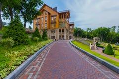 胡同由导致有阳台的一个美丽的大木房子的主人装饰 Novi Petrivtsi,乌克兰 免版税库存照片
