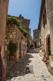 胡同的古老石房子,在Baux de普罗旺斯的中世纪小村庄 图库摄影