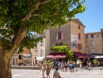 胡同的游人有纪念品店的在中世纪村庄戈尔代,横谷,普罗旺斯Alpes CÃ'te d ` Azur,普罗旺斯, 库存照片