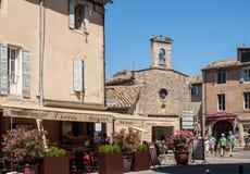 胡同的游人有纪念品店的在中世纪村庄戈尔代,横谷,普罗旺斯Alpes CÃ'te d ` Azur,普罗旺斯 库存图片