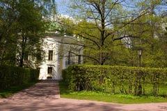 胡同的看法有导致一个美丽如画的亭子的树篱的在城市公园 莫斯科 俄国 免版税库存照片