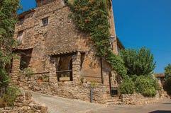 胡同的老石房子在列斯弧苏尔Argens的蓝天下 库存图片