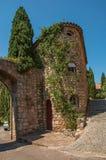 胡同的老石房子在列斯弧苏尔Argens的蓝天下 免版税图库摄影